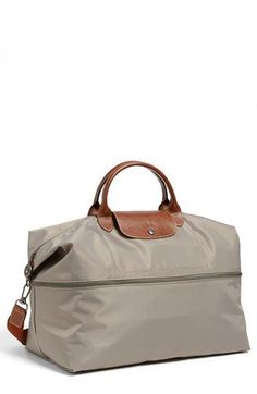 Longchamp 'Le Pliage' Expandable Travel Bag available Perfect for travel own in black great for travel - Mrs AMD Tote Bag, Crossbody Bag, Estilo Fashion, Cool Sunglasses, Replica Handbags, Clutch, Travel Accessories, Travel Bags, Purses And Bags