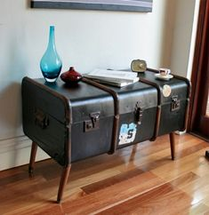 Chests and chests in the decor are in fashion Paint Furniture, Furniture Projects, Furniture Makeover, Home Furniture, Diy Projects, Vintage Trunks, Vintage Suitcases, Vintage Luggage, Suitcase Table