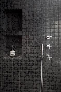 Inspiring Black Bathroom Shower Ideas For Small Bathroom Black Tile Bathrooms, Small Bathroom, Black Backsplash, Bathroom Installation, Mosaic Bathroom, Black Shower, Amazing Bathrooms, Shower Niche, Manzanita
