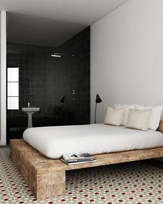A cama de madeira deu personalidade ao cômodo.