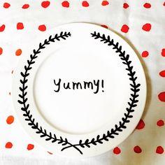 「らくやきマーカーというペンで  百均のお皿に  絵を描いてみました( ᐛ  オーブンで焼くと  焼き付けられるそうな♡  少しハマりそうです。  #らくやきマーカー #食べないと文字見えない」