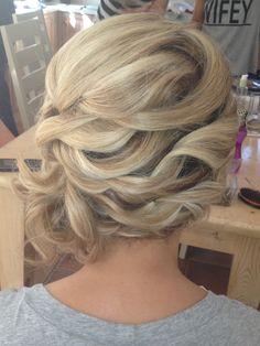 Criss cross hair design love the waves Fancy Hairstyles, Hairstyles Haircuts, Wedding Hairstyles, Wedding Updo, Up Dos For Medium Hair, Medium Hair Styles, Long Hair Styles, Wedding Hair And Makeup, Hair Makeup