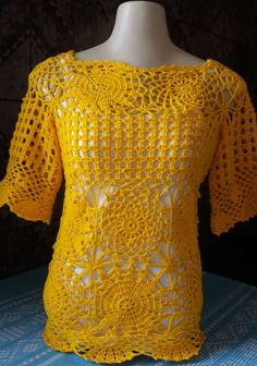 Bata de crochê Selena Gomez By Arleia                                                                                                                                                                                 Mais Boho Crochet Patterns, Crochet Fabric, Crochet Cardigan, Love Crochet, Crochet Shawl, Crochet Designs, Crochet Top, Knitting Videos, Crochet Videos