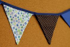 Presentes e Mimos - Bandeirinhas de tecido - Azul e Marrom -  {Pronta-entrega} - faixa com aproximadamente 1,40 m - 10 bandeirinhas de tecido com fino acabamento - cada bandeirinha mede aproximadamente 12 cm x 12 cm - www.tuty.com.br #tuty #presentes #mimos #bandeirinhas #tecido