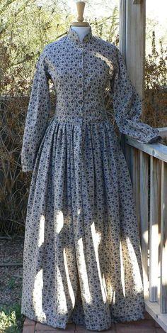 Benutzerdefinierte gemacht Reproduktion von einem Bürgerkrieg Ära Camp oder Arbeit Kleid aus Baumwolle. Dies ist das Grundnahrungsmittel Stück, wenn Sie einen Bürgerkrieg Reenactor oder lebendige Geschichte Moderator. Einfachen Stil, aber hübsch und funktional in einem wunderbaren Baumwollstoff.  Dieser Verkauf wird für eine Sonderanfertigung camp Kleid sein. Dies ist eine grundlegende Arbeit Kleid getragen in der Zeit. Es ist sehr einfach ohne viel Dekoration. Frauen trugen diese Arbeit auf…