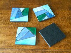 Cuatro posavasos, cada uno con un diseño individual. Miden 8,5 x 8,5 cm (aprox. 3,5 x 3,5 pulg) están hechas de vidrio azul y turquesa, en MDF, con un protector de fieltro base. Vendrán atados con la cinta. Estos posavasos son hechas y listo para ir. Hacer mosaicos para pedir, por favor vea mi página web www.lamosaicgifts.co.uk para ver ejemplos de mis mosaicos.    Franqueo disponible a otros lugares, por favor pida presupuesto.    Gracias por mirar
