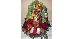 Here's how you can decorate goddess in mahalaxmi alankaram మహాలక్ష్మీ నమోస్తుతే..! 'ఓం నమస్తేస్తు మహామాయే శ్రీ పీఠే సురపూజితే శంఖ చక్ర గదాహస్తే మహాలక్ష్మీ నమోస్తుతే..' అంటూ లోకాలనేలే ఆ జగన్మాతను మహాలక్ష్మి రూపంలో వేడుకునే రోజు నవరాత్రుల్లో ఏడో రోజు (అక్టోబర్ 7, శుక్రవారం). మహాలక్ష్మీ దేవి..http://bit.ly/2d7uD4w #Navratri #Mahalaxmi #DevotionalTalk #VasundharaKutumbam