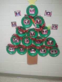 kids decorate plates, add pictures and make a Christmas tree! Easy hallway decoration!