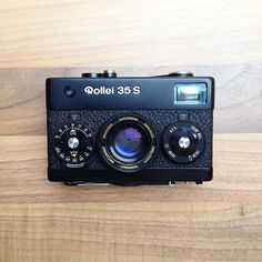 Vacations are great but often the hardest question can be deciding what camera/s to bring with you! Personally I set myself a limit of two; a compact p&s and either a medium format of one of my Leica's. But then the inevitable next question is what film to bring...? It looks like @loovus_photography has decided on this super little Rollei 35 S which seems like a brilliant choice! Compact cameras in particular definitely have their advantages when traveling. How does everyone else select…