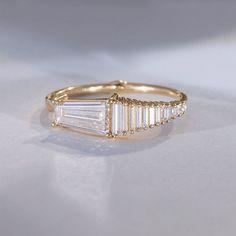 Light catcher . . . #diamondring #trapezediamond #needlebaguette #light #lightcatcher #shining #ring #finejewelry #onecaratring #ringinspiration #ringstagram