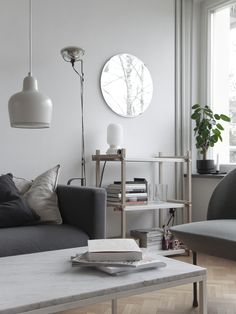 Time of the aquarius blog. Natural colors in the living room: grey, wood and marble in the furniture, white for the details (Artek lamp) and a plant to liven up the space