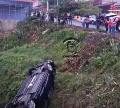 3 adultos y una niña a salvo tras aparatoso accidente