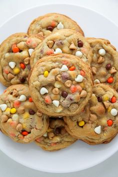 Chocolate Reese's Pieces Peanut Butter Chip Cookies White Chocolate Reese's Pieces Peanut Butter Chip Cookies - so thick and chewy!White Chocolate Reese's Pieces Peanut Butter Chip Cookies - so thick and chewy! Halloween Desserts, Postres Halloween, Halloween Treats For Kids, Fete Halloween, Halloween Cookies, Thanksgiving Desserts, Holiday Desserts, Fall Party Treats For Kids, Halloween 2019