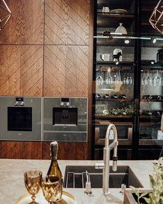 """Wnętrzności - wnętrza i życie na Instagramie: """"Dobry wieczór! Targi @warsawhome_official dobiegły końca. W tym roku mieliśmy jeden dzień na ich obejście, także nogi wchodzą w dupki 😁 ale…"""" Liquor Cabinet, Kitchen Cabinets, Storage, Furniture, House Ideas, Home Decor, Purse Storage, Decoration Home, Room Decor"""