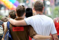 Hochzeitsglocken: Schwule und lesbische Paare in England und Wales können seit Samstag offiziell den Ehebund eingehen. Direkt nach Mitternacht und am ganzen Wochenende waren dort die ersten Hochzeitspartys geplant, in London wollten Ministerien die Regenbogenfahne als Zeichen der neuen Gleichberechtigung wehen lassen. Mehr Bilder des Tages auf: http://www.nachrichten.at/nachrichten/bilder_des_tages/cme10133,1028537 (Bild: dpa)