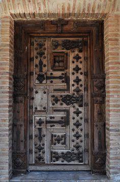 Puerta en una de las casas de la Plaza Mayor Vieja de Saldaña, España.  By Luis Gonzalez