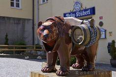 """Foto von einem Bären vor dem Biergarten """"Bräu-Stüberl"""" auf dem Weihenstephaner Berg in Freising in Bayern, Europa"""