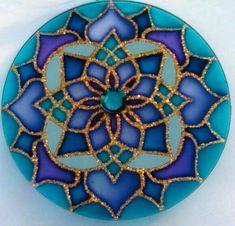 Mandalas en vidrio: Ideas novedosas pintadas a mano - Mandalas Mandala Art, Mandala Painting, Dot Painting, Mosaic Art, Mosaic Glass, Glass Art, Cd Crafts, Arts And Crafts, Art Cd