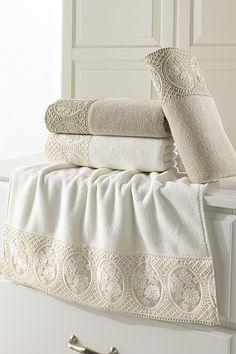 100% česaná bavlna s antibakteriálnou úpravou je tiež nesmierne príjemná na dotyk. Luxusný uterák s rozmermi 50 x 100 cm a s vysokou gramážou 580 g / m2 sa hodí do každej kúpeľne, pretože jeho dizajn je nadčasový. Ani každodenné používanie a časté pranie sa nijako negatívne nepodpíše na jeho vlastnostiach. Towel, Blanket, Bed, Stream Bed, Blankets, Beds, Cover, Comforters, Bedding