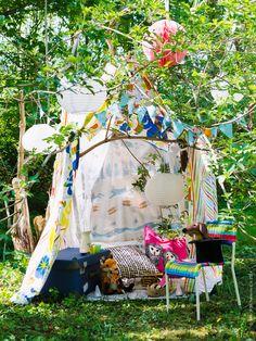 En alldeles egen koja med några klädnypor och påslakaseten NATURSKÖN och VANDRING SKOGSLIV. FÄRGGLAD barnstol, som golv LISEL vävplast, SOLVINDEN solcellslampor, PYSSLINGAR koffert.