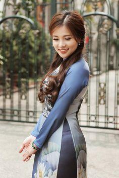 Gorgeous young lady in a beautiful Vietnamese long dress Vietnam Girl, Vietnamese Dress, Girl Photo Poses, Beautiful Asian Women, Ao Dai, Asian Fashion, Asian Woman, Beautiful Outfits, Asian Beauty