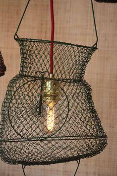 Des nasses de pêche Vintage chinées sur un vide grenier cet été et l'Atelier Falbala en fait une superbe suspension pour donner un air de vacances à votre intérieur toute l'année ! Net Lights, Metal Fish, Pendant Lights, Decoration, Ceiling Lights, Lighting, Vintage, Home Decor, Recycling