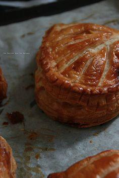 chaussons020 CHAUSSONS AUX POMMES (feuilletage inversé, compte de pommes à la vanille, brunoise de pommes caramélisées)
