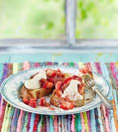 Kinuskiset raparperi-mansikkaritarit | K-ruoka Kinuskiset raparperi-mansikkaritarit saavat täytteeksi raikasta raparperi-mansikkahilloketta ja kinuski-kermarahkaa.