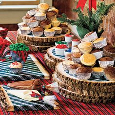 Christmas Decorating Ideas: Decorate Own Cupcakes; good kid craft idea