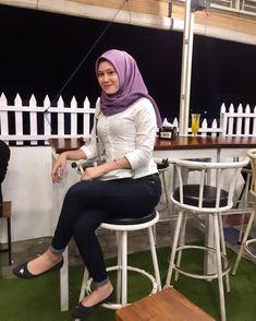 Gambar mungkin berisi: 1 orang, duduk dan luar ruangan Hijabi Girl, Girl Hijab, Kebaya Pink, Hijab Jeans, Hijab Fashion, Fashion Outfits, Muslim Women Fashion, Plus Size Fashion Blog, Hijab Chic