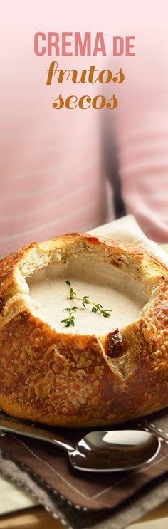 Deliciosa sopa calientita de nuez con almendra y avellana. Esta crema de frutos secos con pan de campiña es ideal para una cena romántica en #sanvalentin