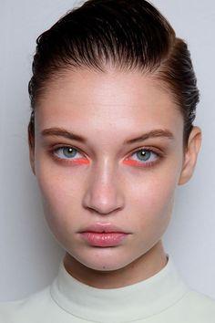 Veja exemplos de maquiagens super coloridas.