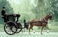 (Think Sherlock Holmes.) A Hansom cab is a type of horse-drawn carriage first designed and patented in 1834 by English architect Joseph Hansom. Victorian London, Victorian Era, Victorian History, Fosse Commune, Horse Cart, Old Wagons, Horse And Buggy, Types Of Horses, Horse Carriage