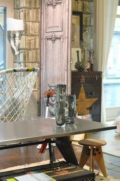 tavolo e sgabello prouve baule andrew martin e carta da parati poltrona driade interior designer monicadamonte www.monicadamonte.com Odulia alassio