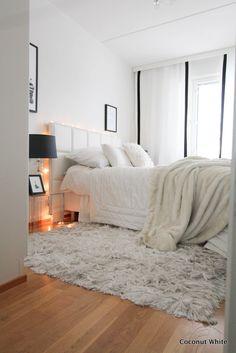 Makuuhuoneen mustavalkoiset verhot | Coconut White Beautiful Houses Interior, Beautiful Homes, Home Bedroom, Bedroom Decor, Ikea, Coconut, Curtains, Black And White, Interior Design