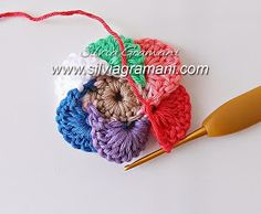 Olá a todos!!!!  Atendendo aos milhares de pedidos, hoje trago o passo a passo dessa flor de crochê.  Estarei ensinando essa flor em 2 pa...