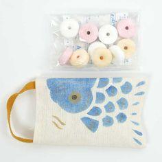 【手のひらサイズの鯉のぼり♪昔なつかしのラムネ入り】 奈良晒の老舗・中川政七商店の遊中川(奈良市)は、日本の伝統文化を今に伝える雑貨ブランド。「季節のおやつ 鯉のぼり」は袋型の麻布に、淡いブルーのこいのぼりがあしらわれています。袋の中は、中央に空いた穴から吹くと音が出る笛ラムネ入り。