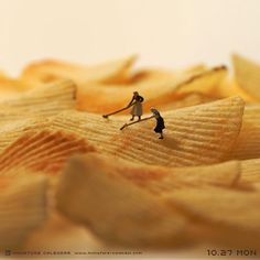 Miniature dioramas by Japanese artist, Tatsuya Tanaka. He has been making one every day since 2011 for his Miniature Calendar, and they're all wonderful. Trucage Photo, Minis, Photo Macro, Kalender Design, Arte Do Kawaii, Miniature Calendar, Art Du Monde, Miniature Photography, Small Figurines