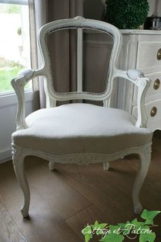 """relooking fauteuil avec : - Sous couche bois Libéron - Peinture à l'ancienne Libéron """"Crème"""" - Patine à la cire antiquaire Black Bison"""" incolore Libéron ou protecteur incolore mat"""