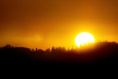 O sol nascente num verão da Toscana.
