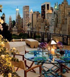 A Manhattan penthouse city view from the balcony's outdoor room. If I could live anywhere, it would be in a Manhattan penthouse with all glass walls, a large balcony& a stellar city view! Skyline Von New York, Nyc Skyline, Outdoor Spaces, Outdoor Living, Outdoor Decor, Outdoor Tiles, Indoor Outdoor, Penthouses, City Living