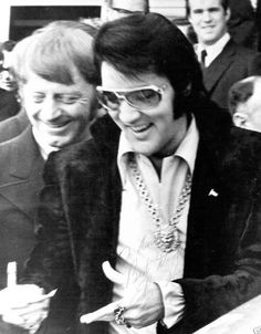 1971 1 16 Elvis Presley signe des autographes pour les fans. Rivermont.