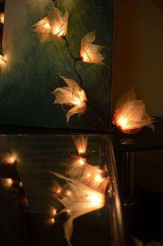 Blütenlichterketten, die einem den Atmen rauben! Wenn man die Blüten nach dem auspacken mit ein wenig Wasser besprüht, können sie nach belieben geformt werden 🌺  aus echten Blättern handgefertigt 20 Blüten an einer 3,5 Meter langen LED-Lichterkette Adapter für EU-Steckdosen Bitte beachten, dass die Farbdarstellungen je nach Bildschirmeinstellungen variieren können. Table Lamp, Home Decor, Self, Mosaics, Handmade, Electrical Outlets, Water, Table Lamps, Decoration Home