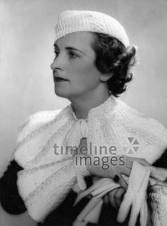 Wintermode von Madame Berthe, 1933 ullstein bild - Karl Schenker/Timeline Images #30er #30ies #fashion #Damenmode #Mütze #Strick #Strickcape #Handschuhe #historisch #schwarzweiß #Frisur #style #früher #warm #Accessoires