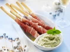 Food and Drink: Broodstengels met ham en pestodip recept - Hapjes . Sauce Pesto, Pesto Dip, Pan Pesto, I Love Food, Good Food, Yummy Food, Fingers Food, Cooking Recipes, Healthy Recipes