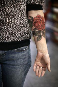 Tattoos — alicecarrier: red garden rose and honeybee for. Pretty Tattoos, Beautiful Tattoos, Cool Tattoos, Tatoos, Body Art Tattoos, Sleeve Tattoos, Tattoo Designs, Tattoo Ideas, Aquarell Tattoo