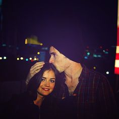 Aria Montgomery (Lucy Hale) y Ezra Fitz (Ian Harding) Pretty Little Liars Meme, Preety Little Liars, Best Tv Couples, Best Couple, Ezra And Aria, Ezra Fitz, Ian Harding, How I Met Your Mother, Famous Celebrities