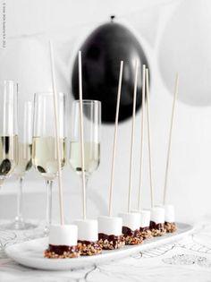 Slinger van zwarte & witte ballonnen, marshmallows gedoopt in chocolade en fijngehakte noten.