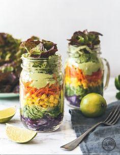 """Du hast Pins gesammelt auf """"TO GO: Vegetarische & vegane Rezepte für unterwegs"""" Dieser knackige vegane Salat ist perfekt zum Mitnehmen für die Uni oder ins Büro. Ein cremiges Avocado-Dressing rundet dieses leckere vegane to go Rezept ab. #slowlyveggie #slowlyveggierezept #vegetarischtogo #vegetarischerezeptetogo #vegetarischerezeptezummitnehmen #veggietogo #vegetarisch #rezeptetogo #rezeptezummitnehmen #healthyrecipe #jarsalad #jarsaladvegan #gesundesrezepttogo #gesundtogo"""