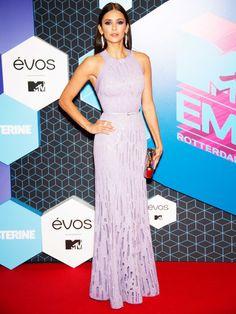 Schauspielerin Nina Dobrev trägt ein fliederfarbenes Kleid von Elie Saab.